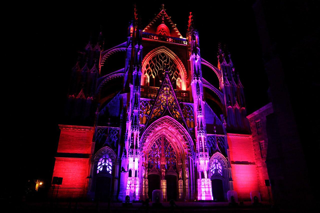 Vendôme possède de magnifiques monuments comme l'Abbatiale qui s'illumine la nuit