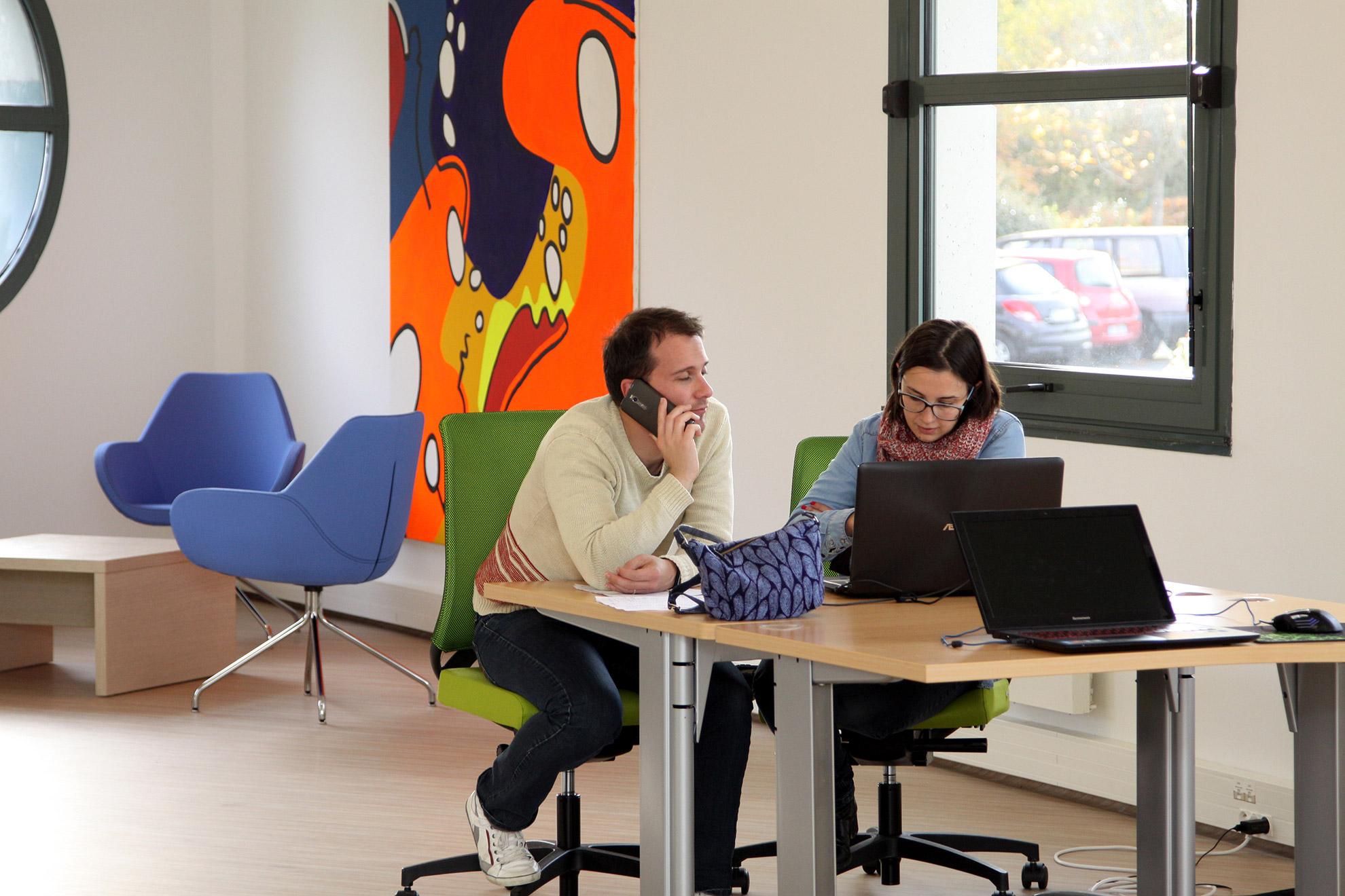 2 employés collaborent dans l'espace de Coworking Outremer