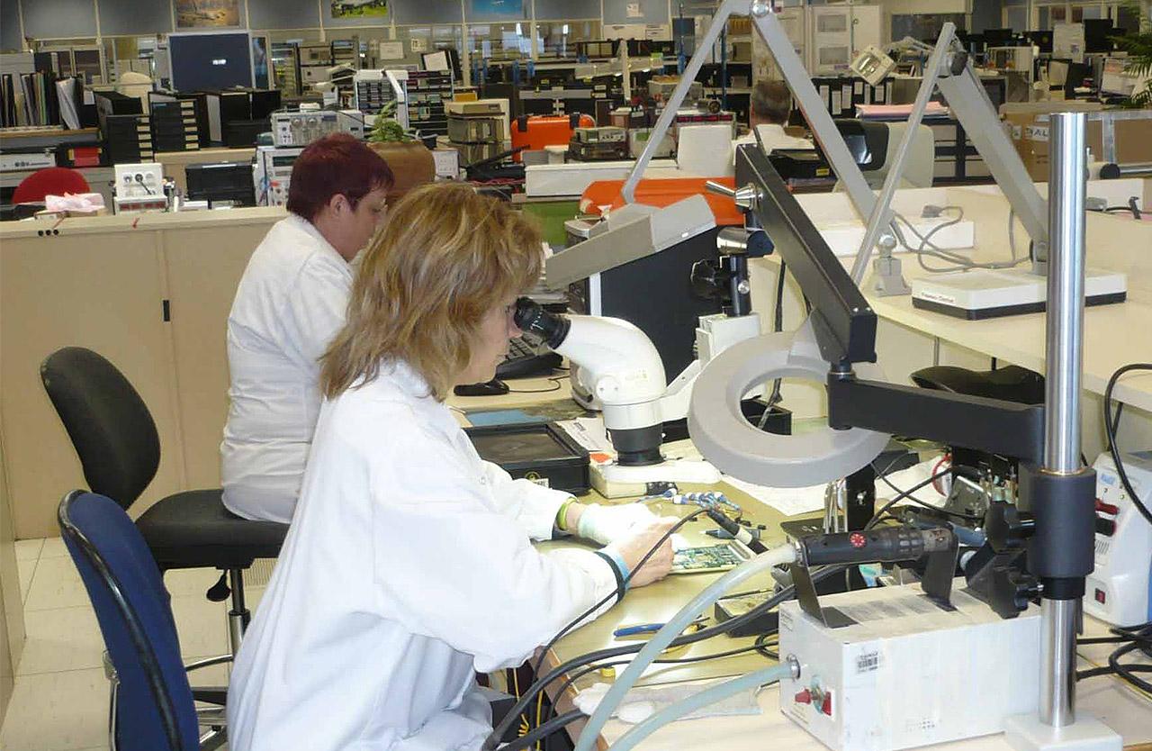 Fabrication d'équipement électronique dans les usines Thalès Avionics