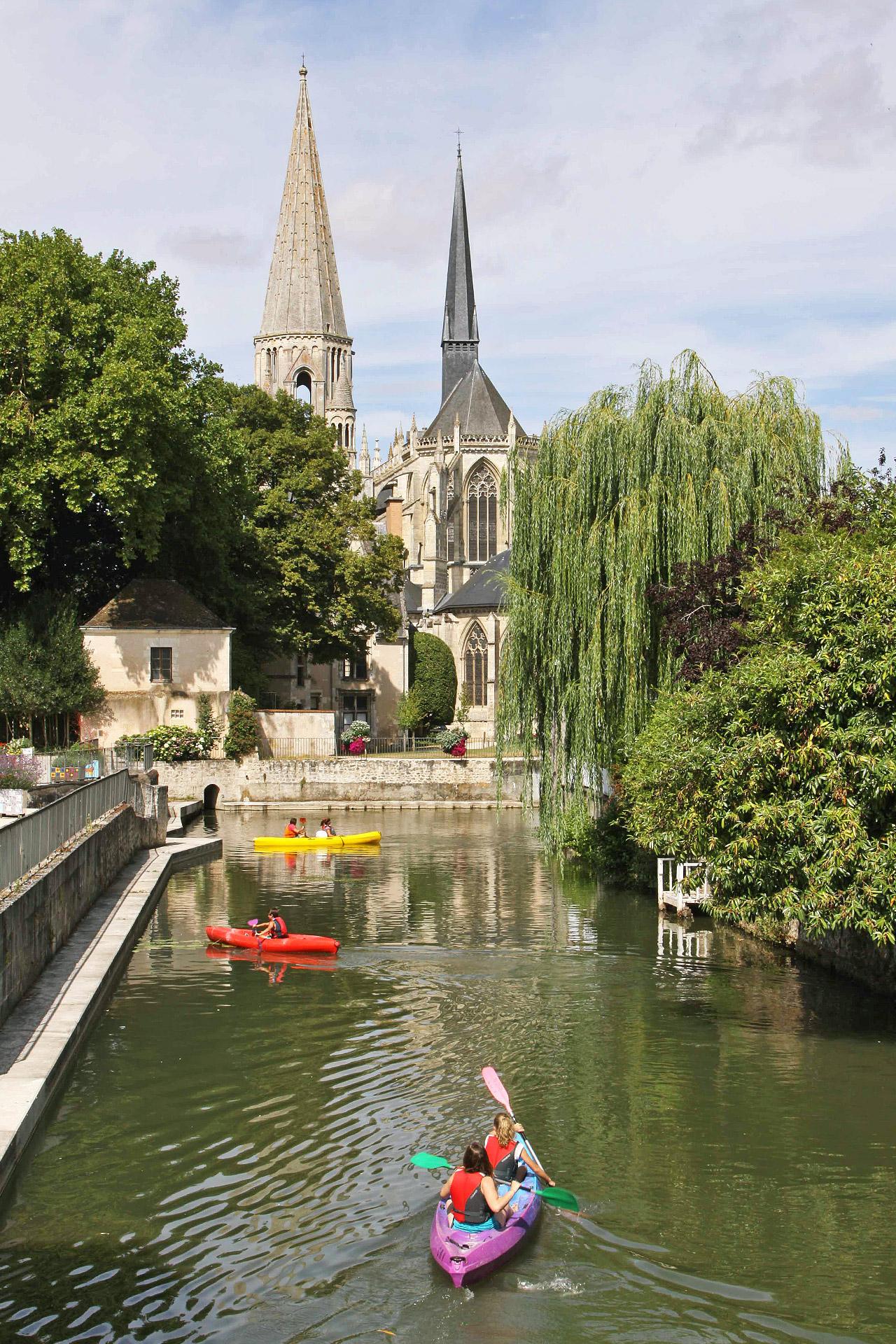 La ville est riche en activitées, on peut pratique le kayak sur le Loir