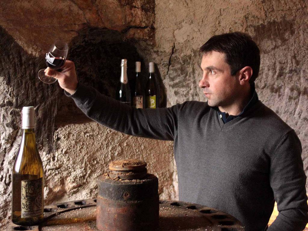 Benoit Bazilier déguste un bon vin dans ses caves