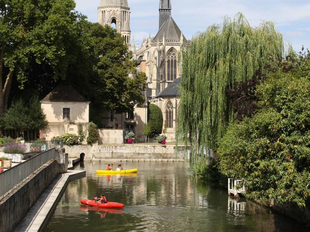 Des touristes font du canoë au milieu des jardins fleuris