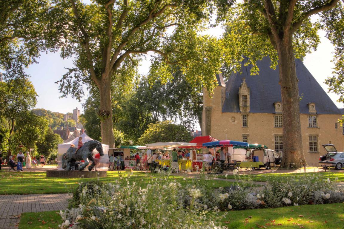 Une vue ensoleillée du marché bio hebdomadaire à Vendôme
