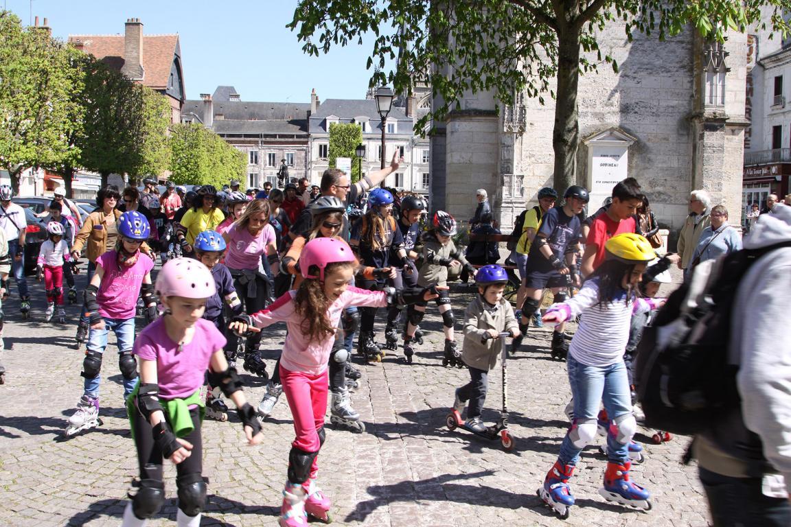 De nombreuses familles participent à la ballade en roller de Vendôme