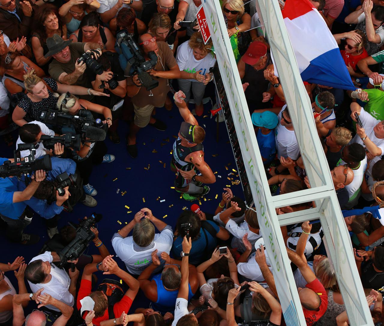 Le public célébre la réussite du défi 41 de Ludovic Chorgnon