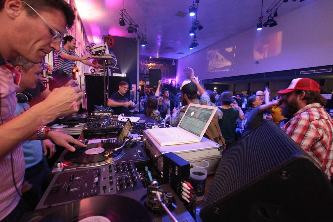 Des DJs mixent de la musique dans une salle bondée