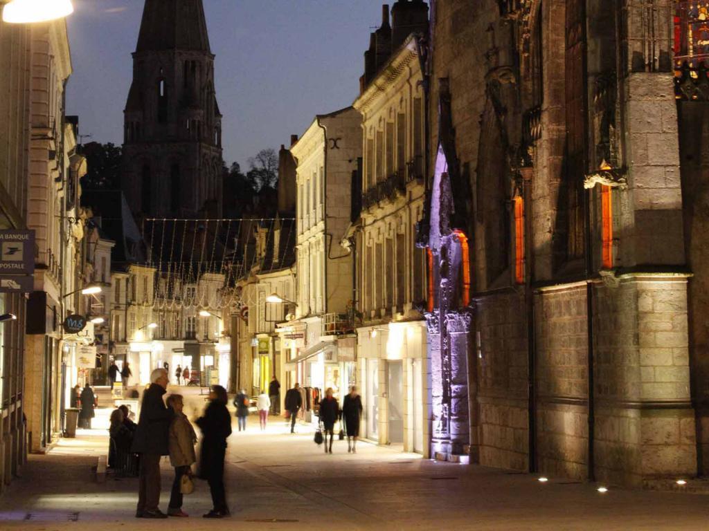 Vue de nuit de la rue du Change avec ses lumières